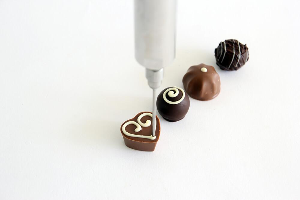 Anwendungsbeispiel Verzieren von Pralinen mit Schokolade